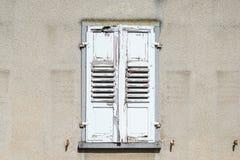 Vieux volet chié de fenêtre Photographie stock libre de droits