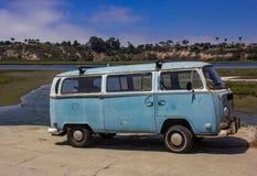 Vieux VW Van Parked Along le Back Bay en plage de Newport images stock