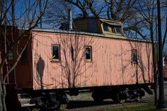 Vieux wagon couvert superficiel par les agents de train Image libre de droits