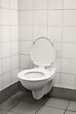 Vieux WC isolé images stock