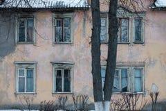 Vieux Windows de la vieille maison Image stock