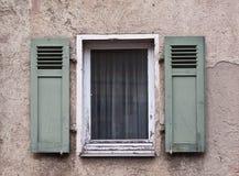 Vieux Windows et obturateurs Photographie stock libre de droits