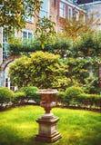 Vieux yard de ville, jardin néerlandais de maison Photographie stock
