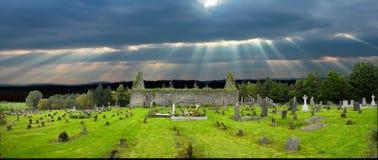 Vieux yard irlandais de tombe d'église Image libre de droits