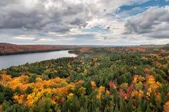 View俯视的湖和更改的秋天结构树 库存图片
