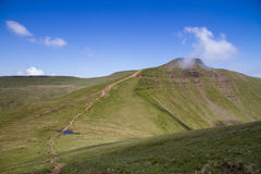 Pathway leading down from the summit of Cribyn up to the summit of Pen y Fan in the Brecon Beacons National Park. The view along the trail leading down from the Stock Photo