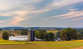 View of a barn and silos on a farm in rural Lancaster County, Pe Royalty Free Stock Photos