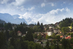 View of Bucegi mountains and houses in Sinaia Royalty Free Stock Photos