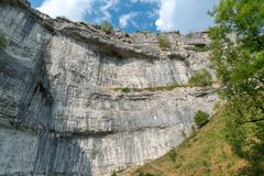 View of the curved cliff at Malham Cove in the Yorkshire Dales N. Ational Park Stock Photos
