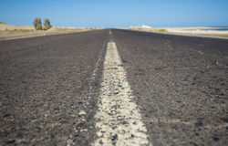 View down a remote desert road Royalty Free Stock Photos