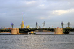 View of Dvortsovy bridge over the Neva river Royalty Free Stock Photos