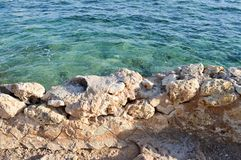 Free View From Above Of The Blue Sea, Water With A Coral Bottom With A Stone Old Ancient Crumbling Wall Stock Photo - 118016030