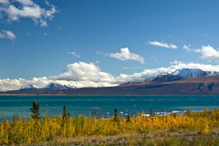 View of Kluane Lake and St. Elias mountains with lookout Royalty Free Stock Photos