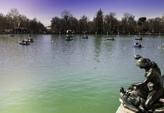 VIEW OF THE LAKE OF A PARK OF A GREAT CITY royalty free stock photos