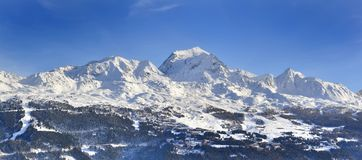 Free View On Peak Mountain Covered With Snow Above Ski Resort In European Alps Stock Photo - 158346480
