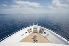 Free View Over The Bow Over A Large Luxury Motor Yacht Royalty Free Stock Images - 142117459