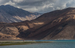 View of Pangong lake with great mountain range background Royalty Free Stock Photos
