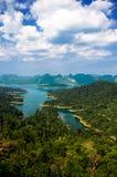 View pekar på den Khaosok nationalparken Royaltyfri Fotografi