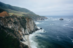View of the rocky Pacific Coast on a cloudy day in Big Sur, Cali Stock Photo