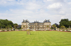 View of a statue and palace at Jardin Du Luxembourg Royalty Free Stock Photos