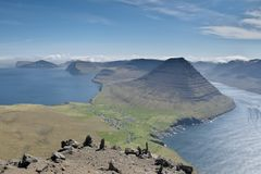 View to the Malinsfjall mountain and Viðareiði settlement from the Villingardalsfjall mountain. Beautiful mountain scenery with the majestic Malinsfjall stock image