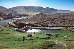 View of the Yarchen Gar Monastery with many shacks Royalty Free Stock Image