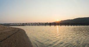 Viewe панорамы моста к период захода солнца, самого длинного деревянного моста полисмена Ong в Вьетнаме Стоковые Изображения