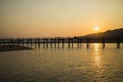 Viewe панорамы моста к период захода солнца, самого длинного деревянного моста полисмена Ong в Вьетнаме Стоковые Изображения RF