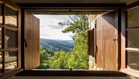 Viewi door een venster in Cevennes Royalty-vrije Stock Afbeeldingen