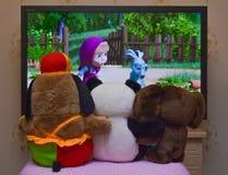 Viewing animowany film przy TV Zdjęcie Royalty Free