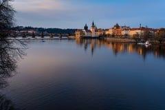 Viewof Charles Bridge en la puesta del sol y la opinión de la ciudad en Praga R checo imagen de archivo