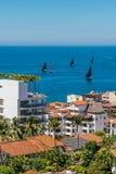 Viewof Puerto Vallarta da skyline durante uma raça da regata do veleiro sobre fotos de stock