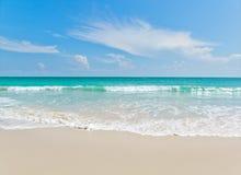 Viewpo da paisagem do abrandamento da luz do dia do sol da areia do céu azul da praia do mar Fotos de Stock Royalty Free