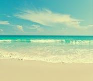 Viewpo da paisagem do abrandamento da luz do dia do sol da areia do céu azul da praia do mar Imagens de Stock Royalty Free
