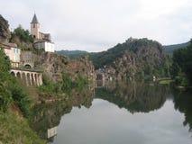 ViewSight des Flusses des Tarn mit L eglise und das Schloss, das diesen Fluss überhängt lizenzfreies stockfoto