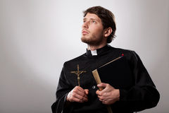 Vigário com a Bíblia fotos de stock royalty free