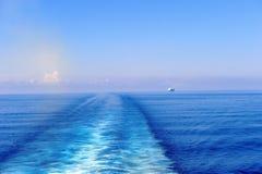 Vigília atrás de um navio de cruzeiros imagem de stock