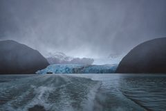 Vigília de um barco da excursão que sae de uma grande geleira fotos de stock royalty free