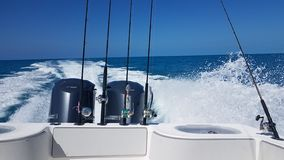 A vigília de um barco de pesca que gerencie no Atlântico imagens de stock