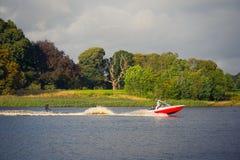 Vigília-embarque em um lago atrás de um barco Imagens de Stock Royalty Free