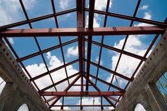 Viga de aço estrutural no telhado da construção, fotografia de stock