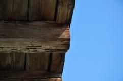 Viga de madeira resistida na casa velha imagem de stock royalty free