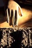 Viga de Sun en la mano de oro de buddha foto de archivo libre de regalías