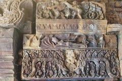 Viga que mostra Vishnu que reclina na serpente Ananta Sesha em Ku Phra Kona, Roi Et, Tailândia Fotos de Stock
