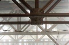 Vigas de puente en niebla imagenes de archivo
