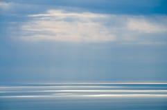 Vigas a través de las nubes en el ver Foto de archivo libre de regalías