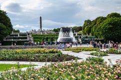 Vigeland skulptur parkerar i Oslo Norge med blommaträdgården fotografering för bildbyråer