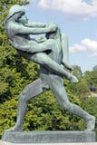 Vigelandpark, Oslo die, Noorwegen, een man een vrouw geven Royalty-vrije Stock Afbeeldingen