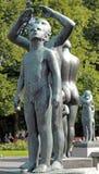 Vigelandpark, Oslo die, Noorwegen, twee jongens aan de hemel kijken Stock Afbeelding