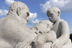 Vigelandpark, Oslo, Noorwegen, een oude mens met drie jonge jongens Stock Afbeeldingen